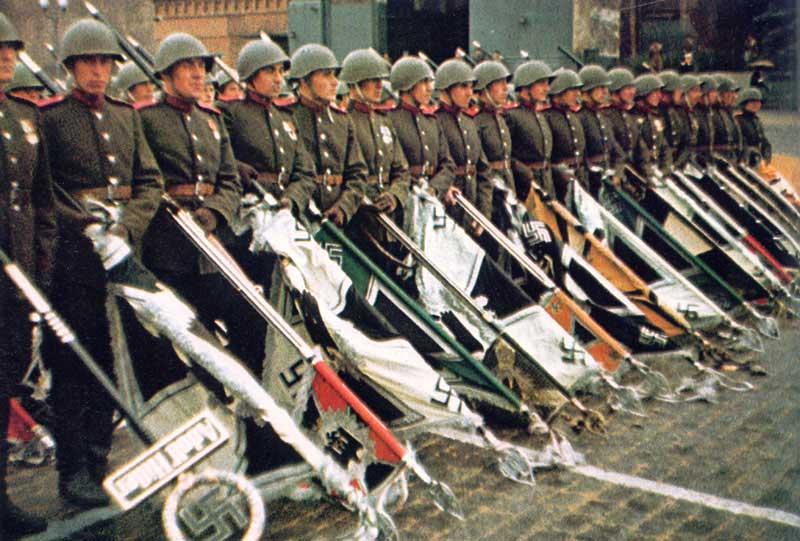 ธงต่างๆของนาซีที่ถูกนำมาเดินสวนสนามที่กรุงมอสโคว
